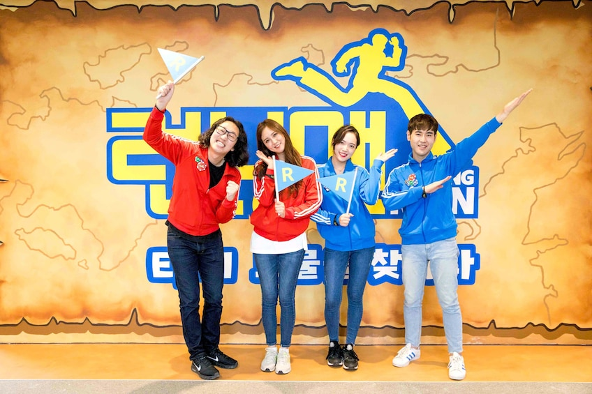 Carregar foto 1 de 10. Group at the Running Man Thematic Experience Center