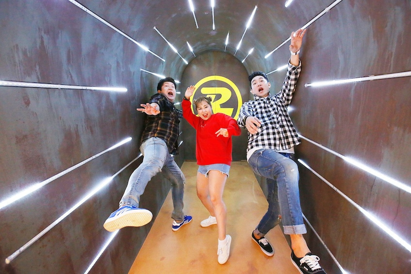Carregar foto 3 de 10. Group having fun at the Running Man Thematic Experience Center