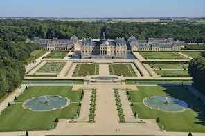Chateau Vaux le Vicomte Day trip with Chateaubus shuttle