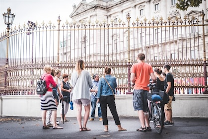 Tour group standing on the streets of Vienna