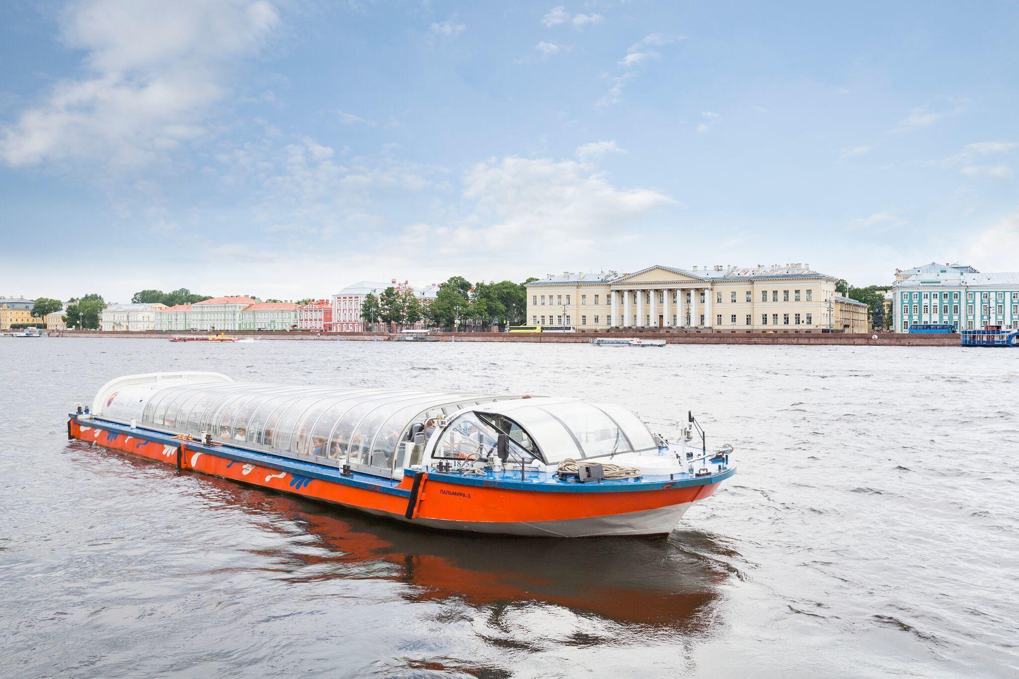 City Sightseeingin hop-on hop-off -veneajelu Pietarissa