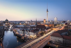 Berlin Night Photo Tour with a professional photographer