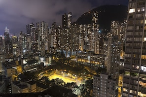 Hong Kong Night Photo Tour with a professional photographer