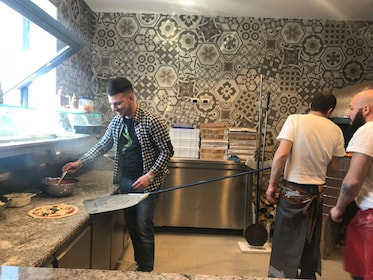 Group on a pizza lesson in Napoli