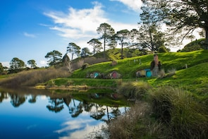 Hobbiton Film Set/Waitomo Glowworm Caves Day Trip