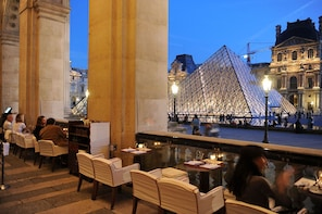 Louvre Highlights Tour and Breakfast Overlooking the Pyramid