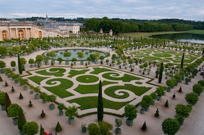 Privately Guided Tour of Giverny and Versailles (9 Hours)