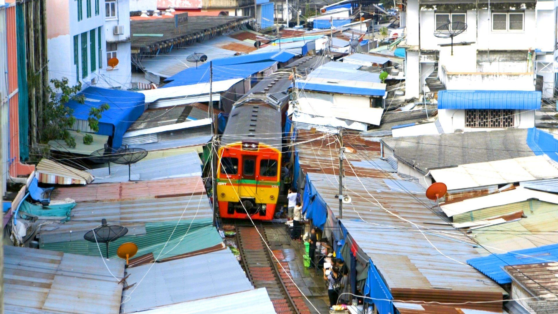 Maeklong Risky Market and Amphawa Weekend Market