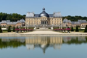 Fontainebleau and Vaux Le Vicomte Guided Tour (8 Hours)