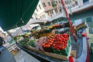 Private Market tour + 4-course Meal in local home in Venice