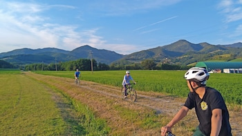 Tuscany by bike - local farmhouse visit and saffron tasting