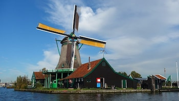 Private tour to the Windmills, cheese & clogs and Volendam