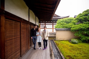 Expert-Led Private Tour of Kyoto's Gardens and Landscapes