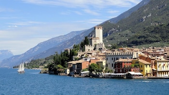 Garda lake guided wine day tour