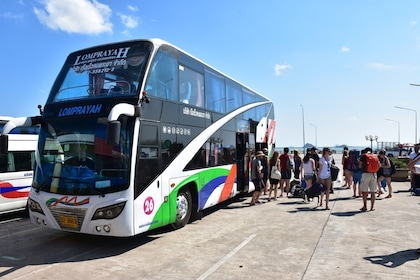 Guests getting off of a coach in Koh Lanta