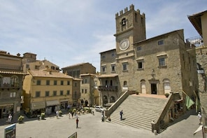 Cortona and Arezzo Full-Day Small-Group Tour from Rome