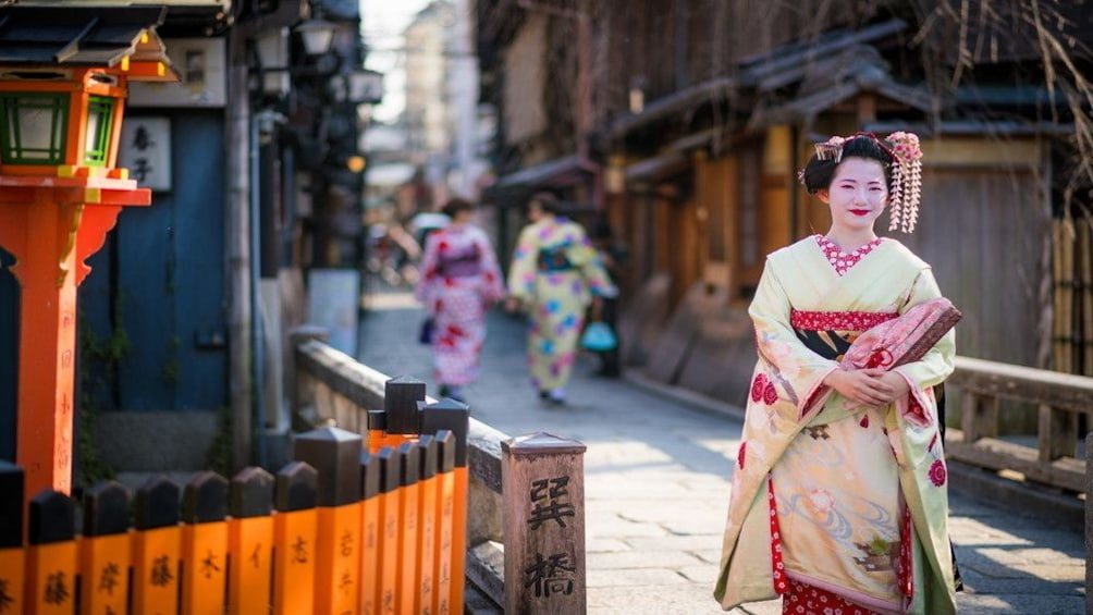 Show item 1 of 10. Gion Evening Highlights Tour with National Licensed Guide