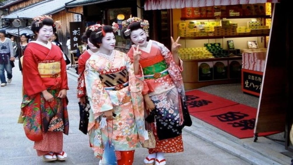 Show item 3 of 10. Gion Evening Highlights Tour with National Licensed Guide