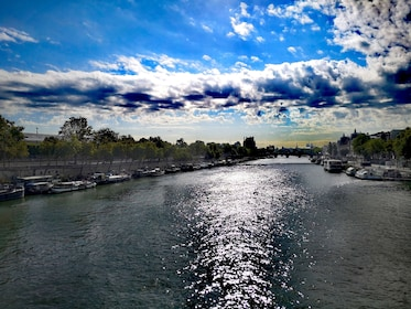 Paris : Family City Tour with Seine River Cruise