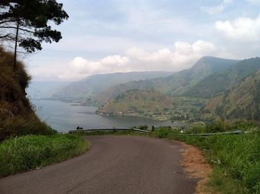 Toba_Lake_from_Tongging,_North_Sumatra_(2).jpg