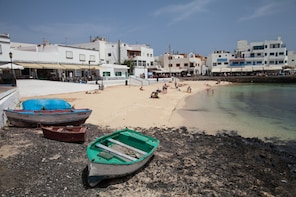 From Lanzarote: Day Trip to Fuerteventura and Corralejo