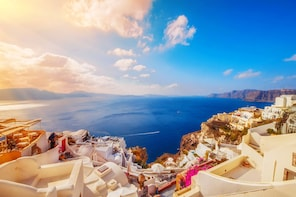 Island bus tour: the majestic spots of Santorini
