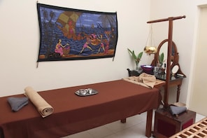 Colombo Walking Tour with Ayurveda 1-Hour Body Massage