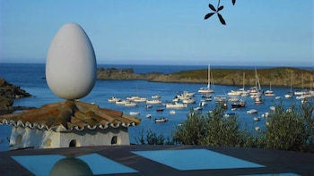 Dali Museum, Figueres & Cadaqués Small Group & Hotel Pick Up