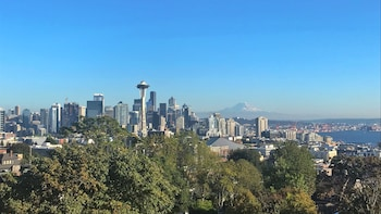Up to 14 Pax: Private Half Day Seattle Highlights Tour