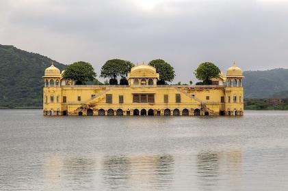 Jal_Mahal_in_Man_Sagar_Lake.jpg