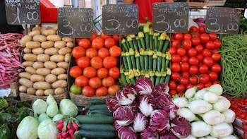 Market, Cook and dine at a Cesarina's home in Varenna