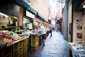Market tour, lunch or dinner at a Cesarina's home in Forlì