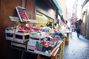 Market tour, lunch or dinner at a Cesarina's home in Spoleto