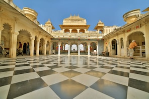 Udaipur Sightseeing with Boat Ride, Lunch & Transport
