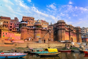 Boat Ride along Varanasi Ghats with Guide, Transport & Aarti