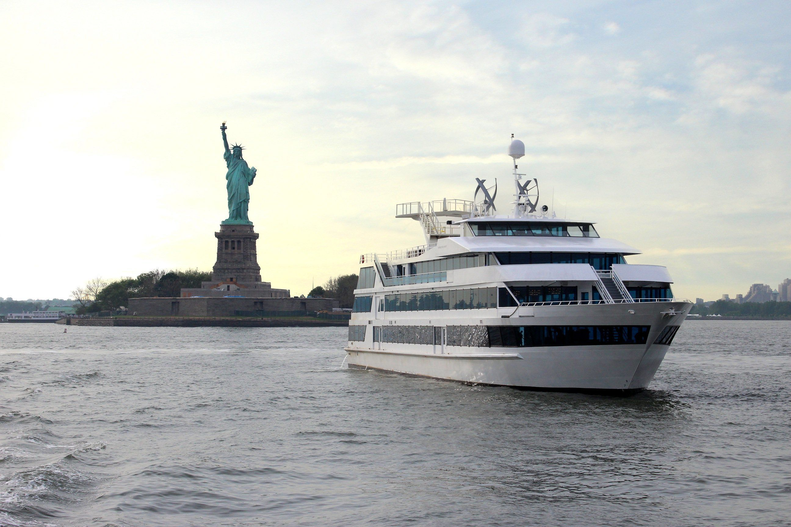 NYC Yacht Cruise Around Manhattan