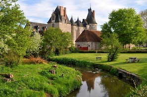 Fontevraud l'Abbaye with a Winetasting & Lunch in a Vineyard