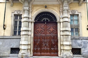 Tour of doorways, historical shops and the Jewish ghetto