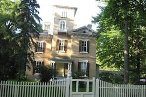 Private Tour of Niagara-on-the-Lake Historic District (up to 5 participants...