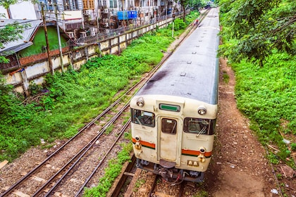 train-in-yangon-myanmar-PUWZ5RT.jpg