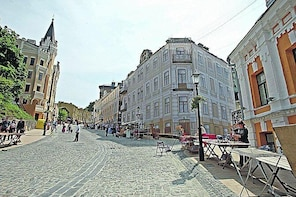 Private Tour Of Kyiv's Montmartre With Natalia