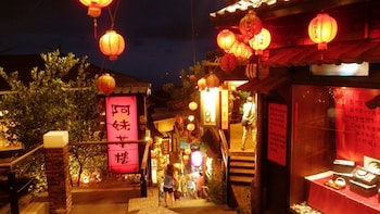 Taiwan Bus Tour: Yehliu, Shifen, Jinguashi, Night in Jiufen