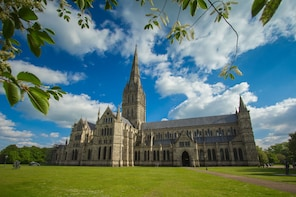 Private Day Tour to Salisbury, Stonehenge & Windsor