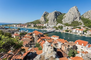 Day at Cetina River and Omis with lunch