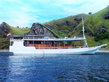 Open-Trip-3D2N-Sail-Komodo-Labuan-Bajo-Standard-Boat_26fdd1a893dc74f32bfd2576a91c331423ebc18a.jpg