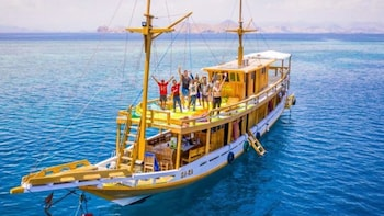 Private 3 Day Sailing Komodo with Semi Phinisi & Snorkeling