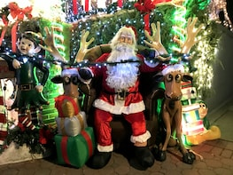 New York: Dyker Heights Christmas Lights & Winter Village
